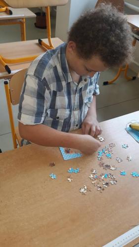 09 - Badatelé procvičují mozky při skládání puzzle - 5. října 2020